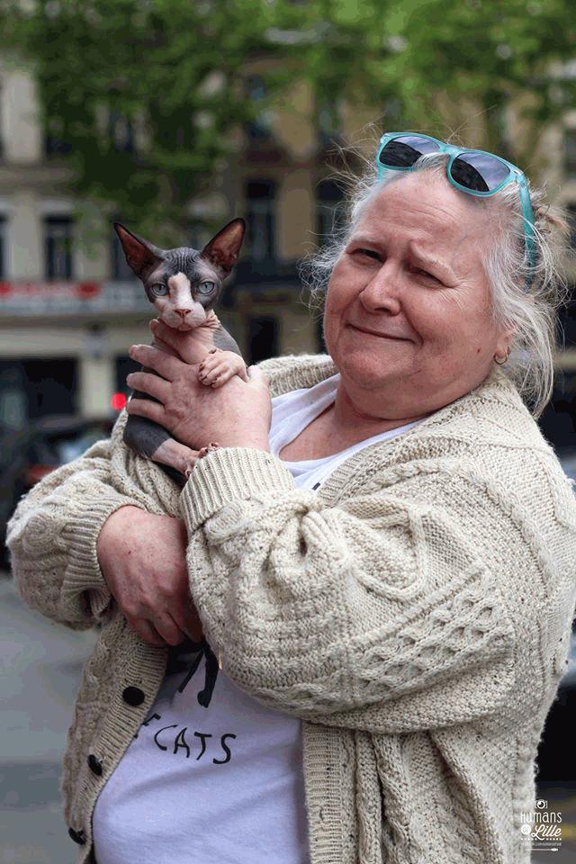 Malheureusement, ce sont des chats qui font peur aux gens. Un chat sans poil, c'est une bizarrerie de la nature ! En général on me dit « non non j'y touche pas, j'ose pas ». Et quand on commence à les caresser c'est foutu.