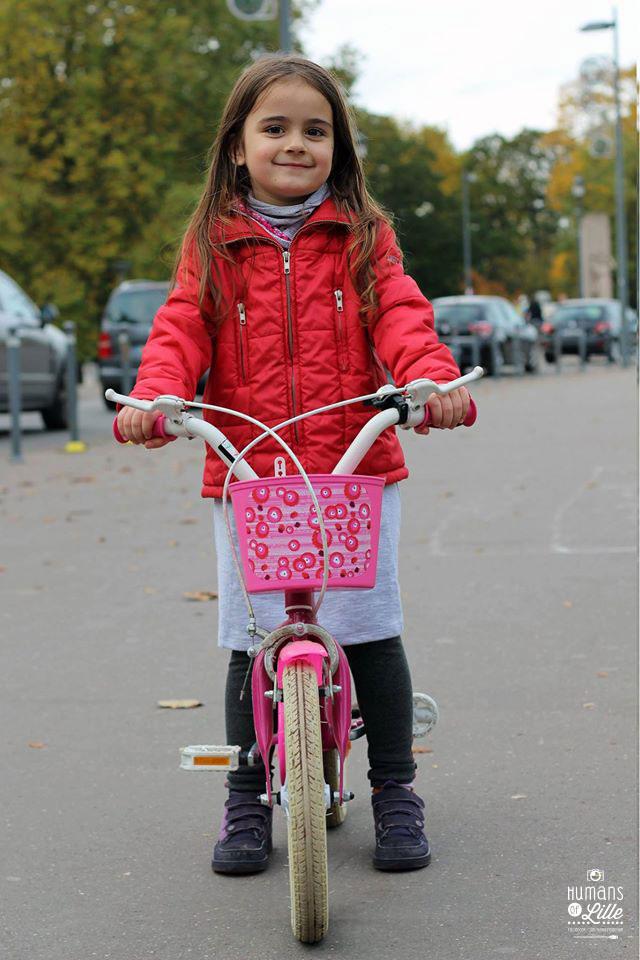 """""""Aujourd'hui j'ai enlevé les petites roues de mon vélo avec mon papa et ma maman. J'ai eu un peu peur, mais je ne suis pas tombée parce que je sais freiner."""""""
